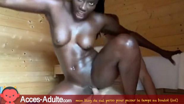 Belle black se fait baiser la chatte au sauna
