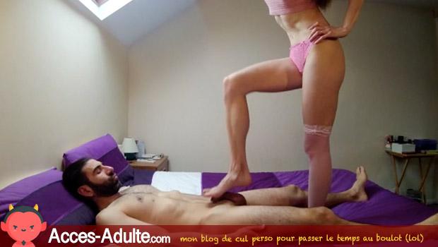 Couples en cam : elle lui masse la bite avec les pieds